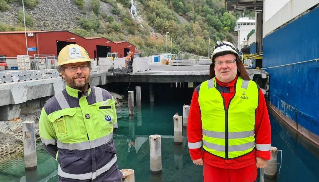 ARBEIDAR: Tor Anders Offerdal (t.v.) og Rune Breidvik står framfor holet som straks skal bli til ei ny kai. Prosjektet er antatt ferdig i desember, og har ein prislapp på om lag ti millionar kroner.