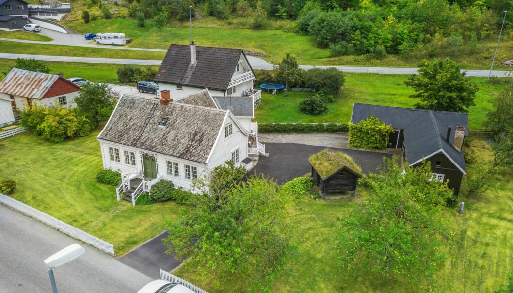 LÆRDALSØYRI: Dette huset med både uthus og stabbur ligg ute med ei prisantyding på 2 990 000 kroner.