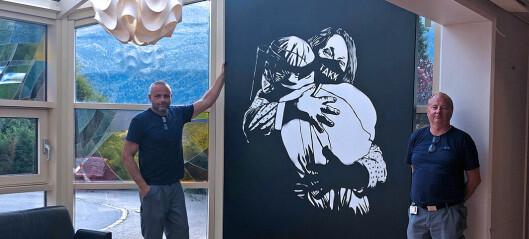Kunstnaren «Pøbel» reiser mellom sjukehusa for å vise takksemd til helsefagarbeidarane