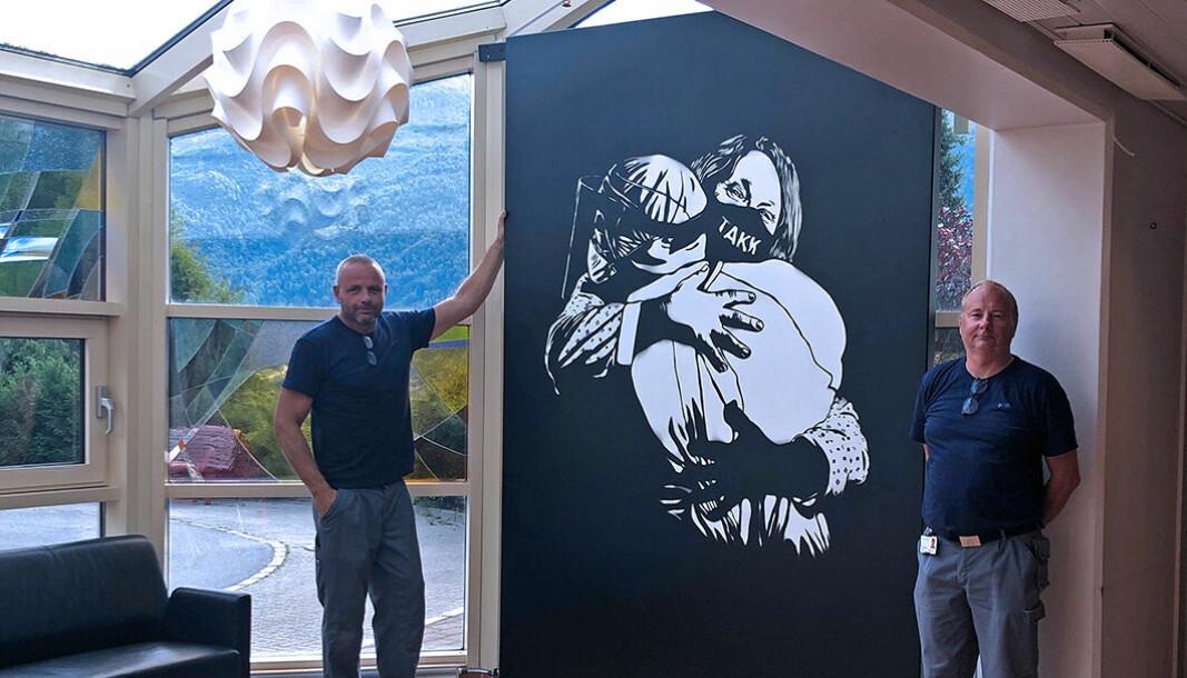 PØBLAR: Lars Vikbakk og Jan Arve Holmøyvik monterte kunstverket på Nordfjord sjukehus. No går reisa vidare til andre sjukehus.