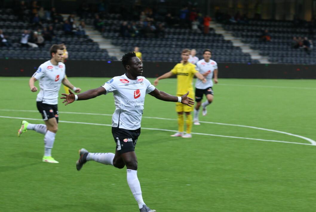 GOAL x 2: Akor Adams, som er på utgåande kontrakt med Sogndal, vart den store helten på Fosshaugane Campus i kveld. Det vert nok lagt merke til hjå andre klubbar.