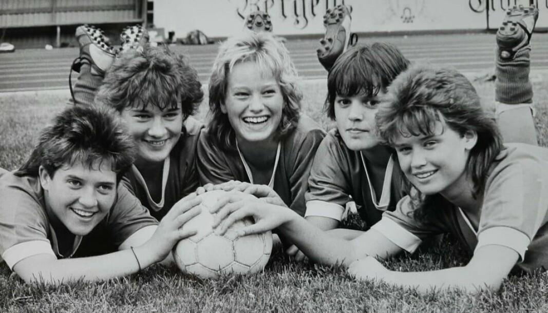 DAMEDN: Fire tidlegare spelarar som var med i den tidlege fasen for Kaupanger, som har vore det suverene fylkeslaget på damesida sidan opprykket i 1985. F.v Wenche Wefring, Britt Leni Berge, Drude Buene, Elin Dale og Margunn Humlestøl.