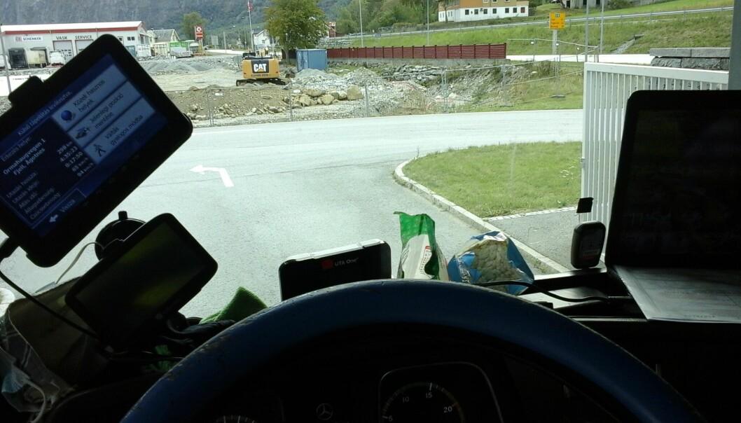 LÆRDAL: Dette synet møtte kontrollørane ved Håbakken laurdag føremiddag. Vogntogføraren vart anmeldt på staden.