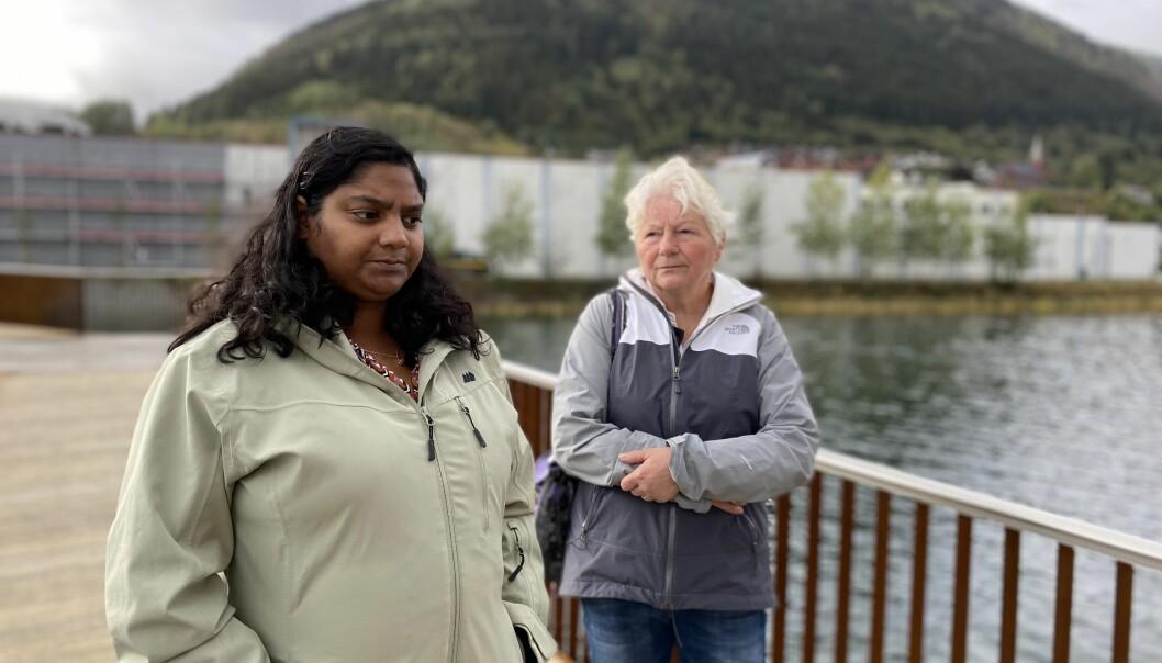 BEKYMRA: Sandhya Karlsen Holene og Kari Beheim Karlsen får mange tilbakemeldingar som tilseier at rasisme-stoda i Noreg ikkje har tatt så alt for mange steg sidan dei mista sin Arve, tilbake i 1999. Her er bilete ved Sogndalselvi, like ved der han vart funnen.