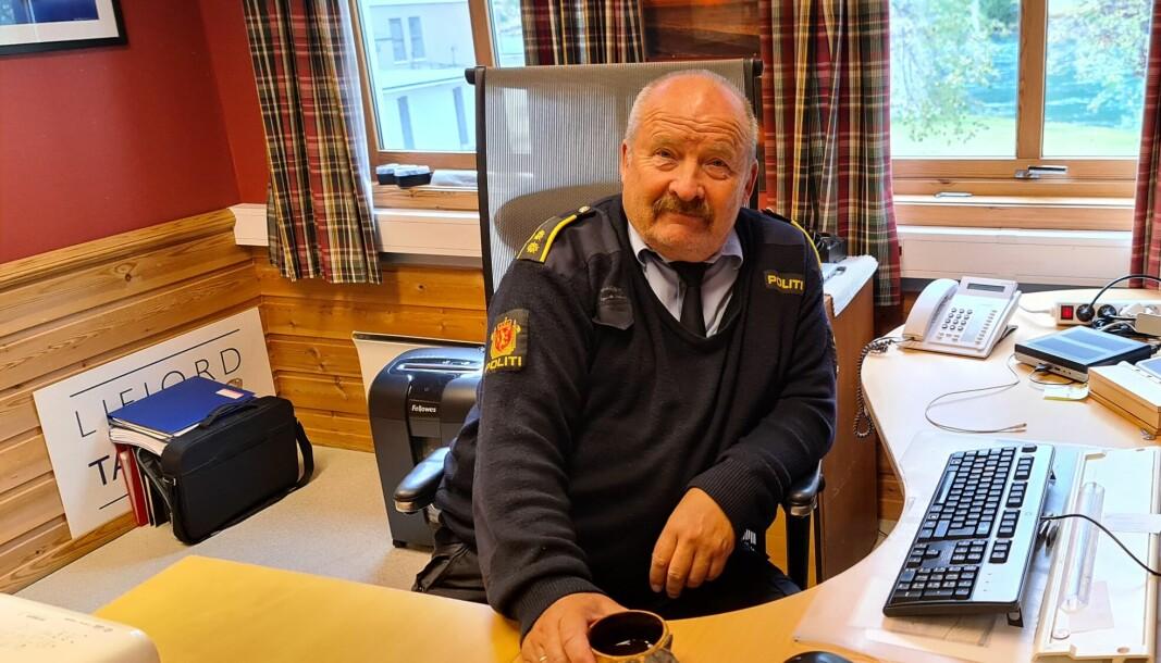 KAFFI PÅ KONTORET: Magne Knudsen er i gang med å rydde ut av kontoret på Årdalstangen lennsmannskontor.
