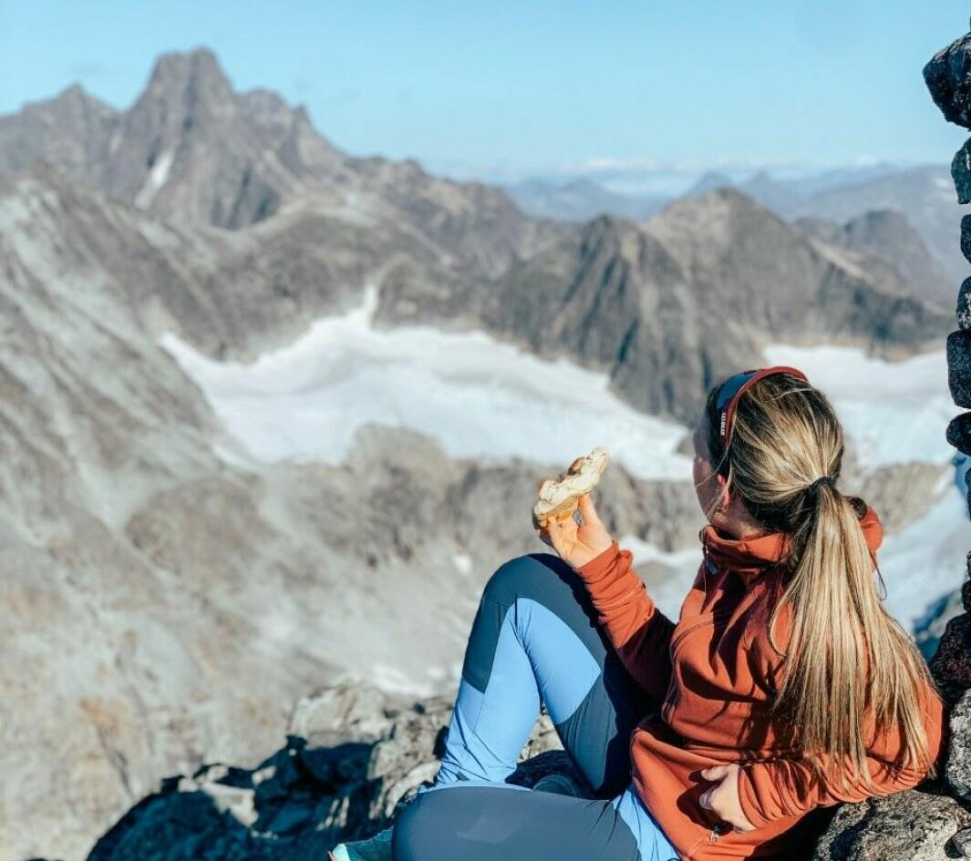 – Høgdepunktet er jo som alltid når ein når toppen og får verdas finaste utsikt over toppane i Jotunheimen, seier Sofie Moen.