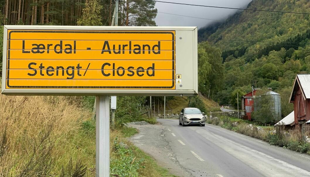 STENGT: Vegen over Aurlandsfjellet er stengt grunna snøfall.