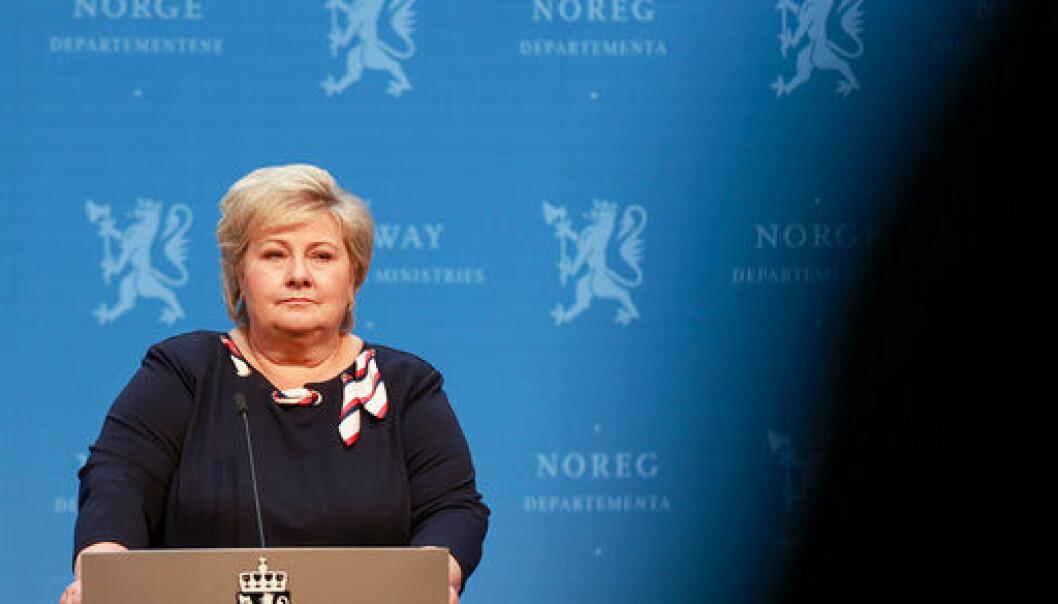 OPNAR ATT: Statsminister Erna Solberg (H) med grønt lys for gjenopning under dagens pressekonferanse.