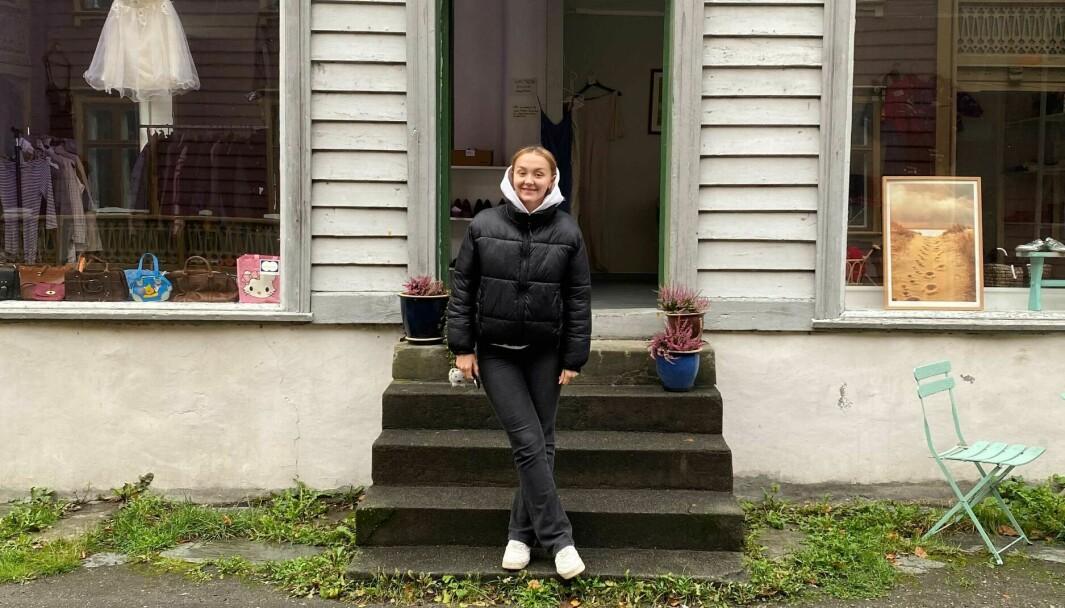 LÆRDALSØYRI: Her er Margit Brooks foran den splitter nye butikken ho driv saman med ei veninne.