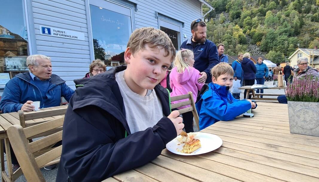 GODIS: Brørne Simen (t.v.) og Mathias Smedegård tek ein pause med is og kake på marknaden.