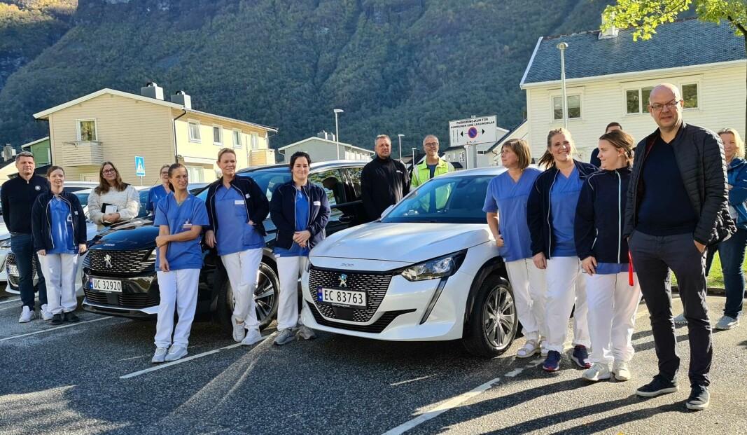 NYE GLIS: Årdal kommune fekk utlevert sine fire første elektriske bilar onsdag. Her frå overleveringa til heimetenesta i Øvre Årdal.