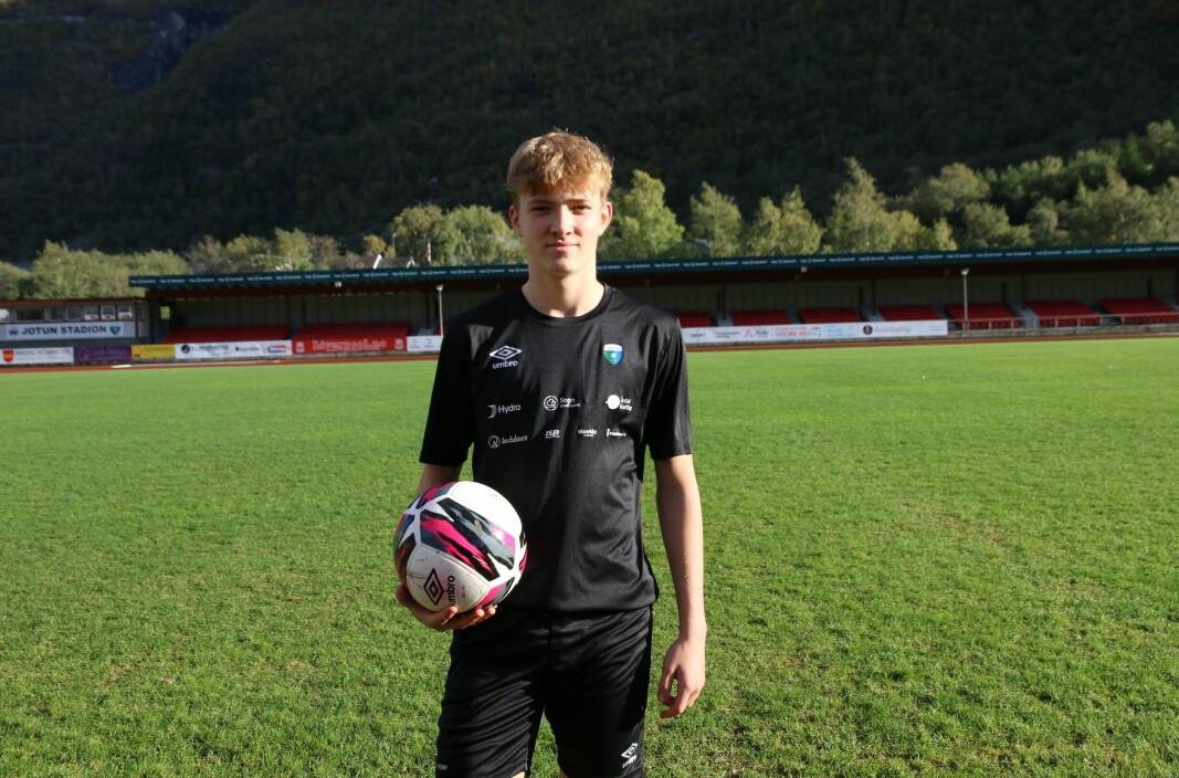 TILLIT: Joakim Berg Nundal (15) har kjempa seg til fast plass på Årdal FK i sin første sesong som seniorspelar.