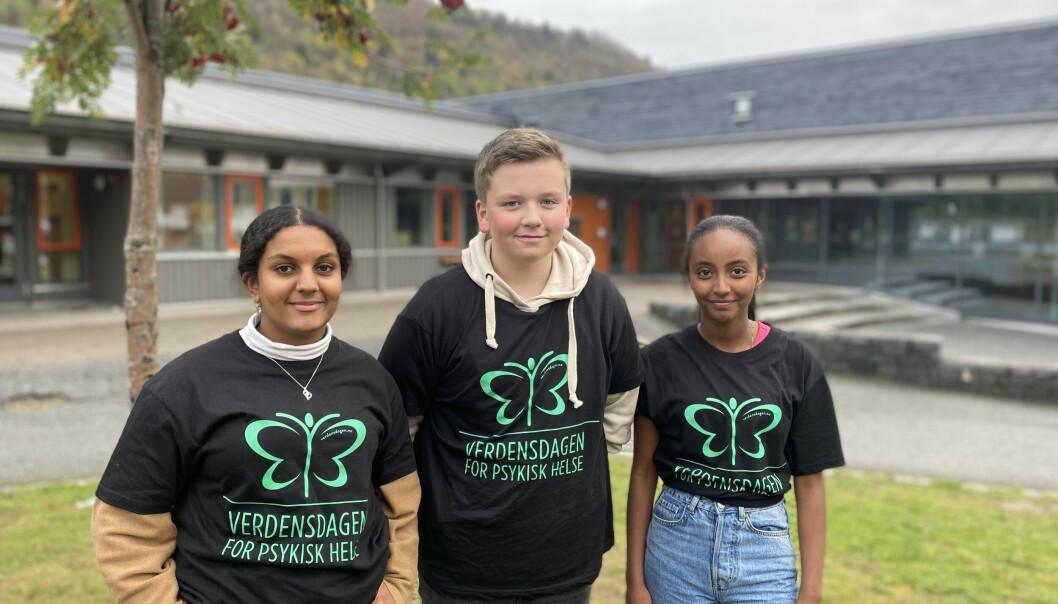 NØGD: 10-klassingane ved Kvåle skule meiner markeringa av verdensdagen for psykisk helse gjorde sterke inntrykk. Frå venstre: Selam Tesfay Tekle, Alexander Granholt Orrestad og Naiher Biniam Teklay.