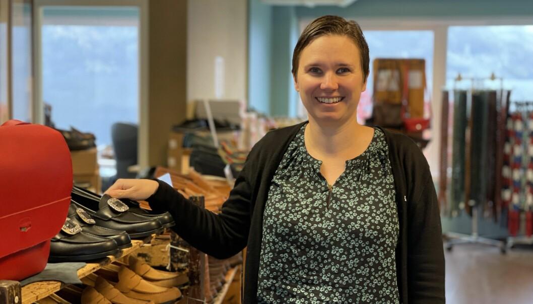 GLOBAL SKO: Anja Schöne forklarar at den originale pennyloaferen stammar frå Sogn. Men typen kan no bli sett over heile verda og blir seld av alle moglege produsentar.