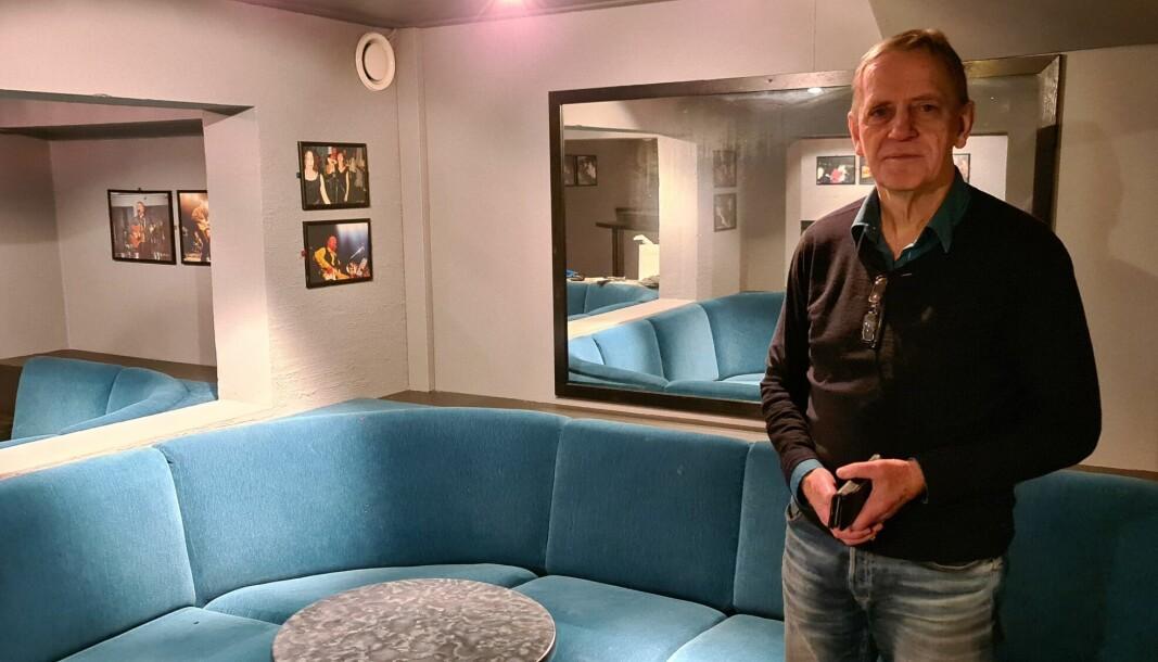 KLAR FOR OPNING: Hotelldirektør Erling Eggum i ein av dei allereie fullbooka VIP-båsane inne på nattklubben på Tangen.