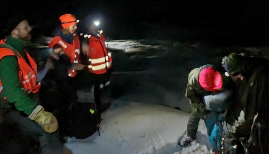 REDNINGA: Her blir Barbara og Jochen redda, etter 18 timars kamp mot snøen.