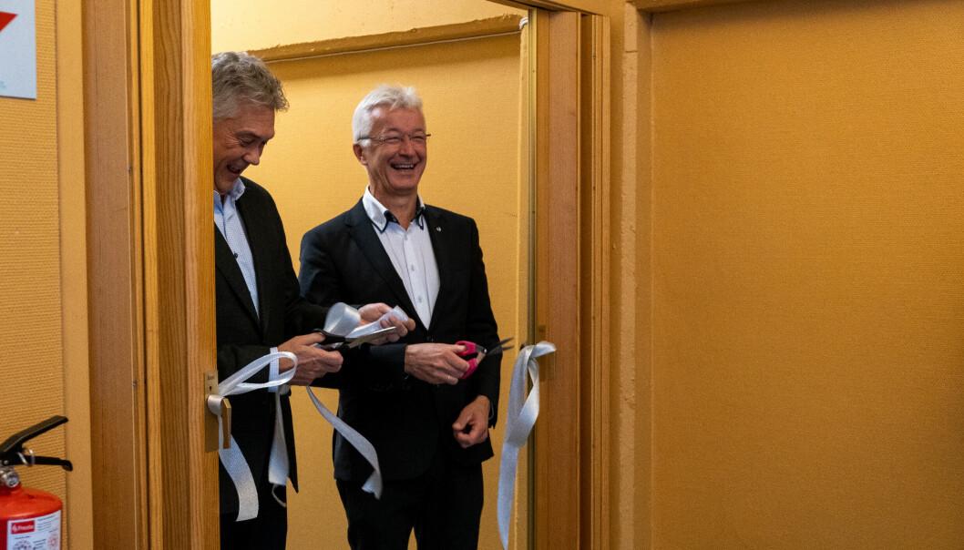KLYPPTE SNORA: Jon Askeland og Petter Sortland stod for første klyppinga av snora på dei nye lokala til Fagskulen på Fundo-bygget i Høyanger. Fargen var meint å symbolisere aluminium, passande for høvet.