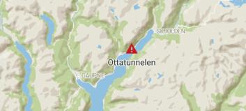 Steinras på fylkesveg 55: Tunnel stengd: – Steinar på storleik med bildekk