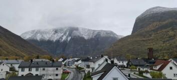 Snøen kryp nedover fjellsida, men tysdagen vil framleis vera regntung
